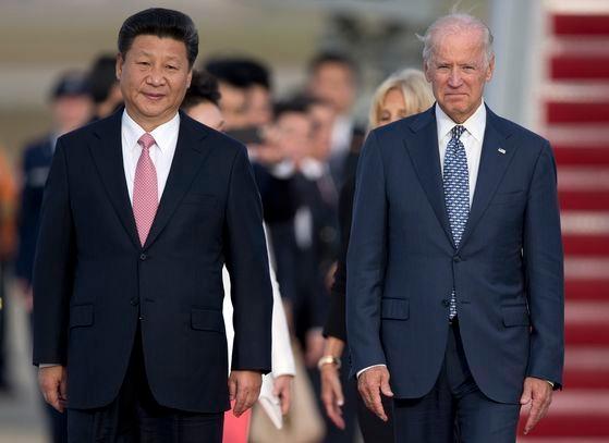ジョー・バイデン大統領(右)は米国の利益に合致する形で中国と競争する点を強調し、特に中国を狙って「不公正な貿易慣行に対抗する」と話した。写真は2015年9月、米国ワシントンのアンドルーズ空軍基地で会った中国の習近平国家主席(左)とバイデン当時副大統領。[写真 中央フォト]