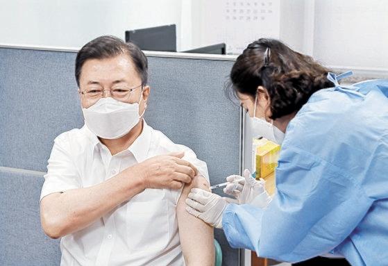 アストラゼネカのワクチン備蓄量が2週後に底をつく見込みであり、懸念が現実になっている。写真は先月30日に2回目の接種をした文在寅(ムン・ジェイン)大統領 [青瓦台写真記者団]
