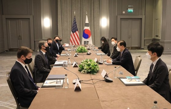 3日(現地時間)、主要7カ国(G7)外相会合をきっかけにロンドンで開かれた韓米外相会談。ブリンケン米国務長官の左右に国務長官室所属と推定される2人が座り、マーク・ナッパー国務副次官補(東アジア太平洋・韓国・日本担当)も同席した。鄭義溶(チョン・ウィヨン)韓国外交部長官の右には魯圭悳(ノ・ギュドク)韓半島平和交渉本部長、左には李相烈(イ・サンリョル)外交部アジア太平洋局長が座った。 [韓国外交部]
