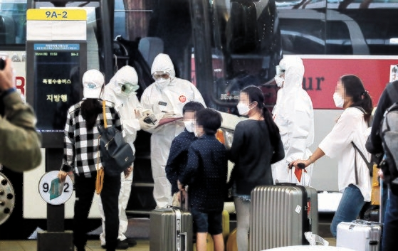 新型コロナウイルス感染症(新型肺炎)の拡大が深刻なインドに居住していた韓国人172人が4日午前、特別機便で仁川(インチョン)国際空港を通じて帰国した。帰国者が隔離施設へ向かうバスを待っている。