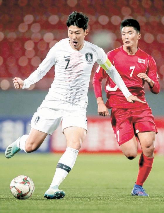 2019年に平壌(ピョンヤン)で開催されたサッカー代表の南北戦で突破する孫興民(ソン・フンミン、左)。 [写真 大韓サッカー協会]