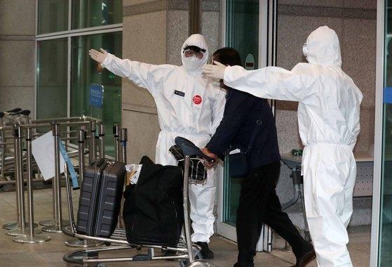 インドからの帰国者172人が4日午前、仁川(インチョン)空港第1ターミナルに到着した後、隔離施設に向かうために移動している。韓国政府は新型コロナウイルス感染症(新型肺炎)インド変異株ウイルスの伝播力が大きいと判断し、今回の帰国者が陰性判定を受けても7日間施設隔離をすることにした。キム・サンソン記者