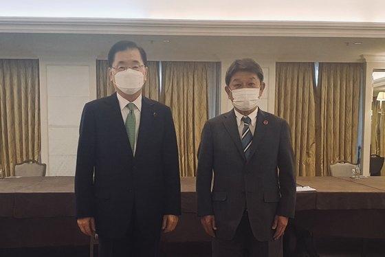 韓国の鄭義溶(チョン・ウィヨン)外交部長官(左)と茂木敏充外相が5日(現地時間)、英国ロンドンのあるホテルで韓日外相会談を行った後、記念撮影のためにポーズを取っている。[写真 韓国外交部]