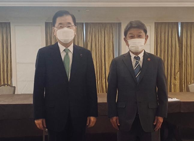 韓国の鄭義溶(チョン・ウィヨン)外交部長官(左)と日本の茂木敏充外相(右)。[写真 韓国外交部]