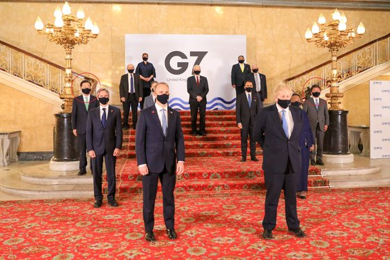 5日(現地時間)に撮影された主要7カ国(G7)外交・開発相会議に出席したメンバー7カ国と韓国をはじめとするゲスト4カ国の外相が一緒に撮影した団体写真。左端に鄭義溶(チョン・ウィヨン)外交部長官が立ち、右端に茂木敏充外相が立った。鄭長官と茂木外相が立った位置の赤い円は記者が表示した。[写真 韓国外交部]