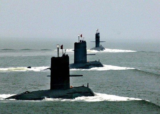 2005年8月1日、中国東海艦隊の潜水艦が中国軍創設78周年記念行事の一環として、東シナ海で実施された軍事訓練に参加している。 [写真 中央フォト]
