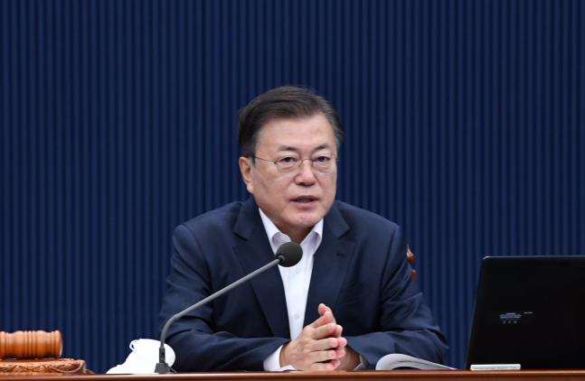 韓国の文在寅(ムン・ジェイン)大統領が11日午前、青瓦台(チョンワデ、大統領府)与民館(執務室)で第20回国務会議を主宰している。[写真 青瓦台写真記者団]