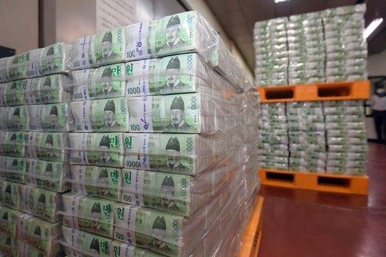 2月に過去最大に増えた市中通貨量が3月も大きく拡大したことが分かった。写真はことし初めにソル(旧正月)連休を一週間後に控え、ソウル市江南区韓国銀行江南本部で現金輸送関係者が市中銀行に供給されるソル資金の搬出作業をする様子。[写真 共同取材団]
