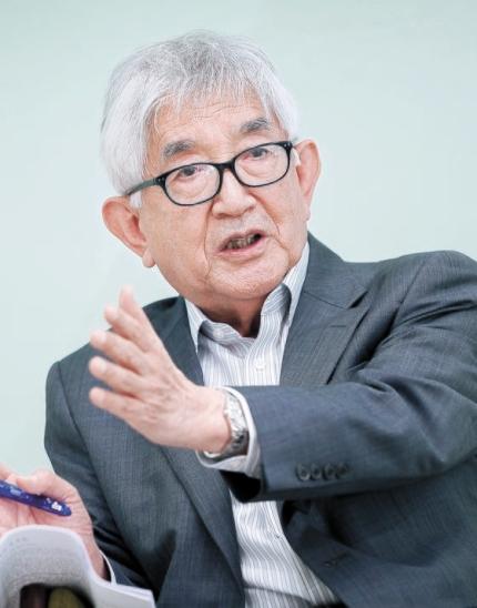 崔章集教授が7日、済州道庁で韓国の民主主義について話している。[写真 済州道庁]