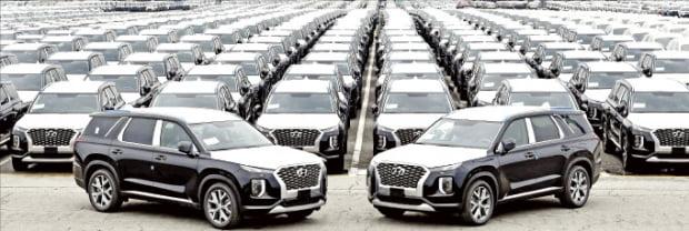 現代自動車がコンゴ民主共和国に輸出する大型SUVパリセードが15日、平沢(ピョンテク)港で船積みを待っている。 現代車提供