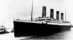 1912年4月10日に英国のサウサンプトン港を出港するタイタニック号。[中央フォト]