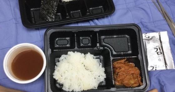 韓国軍の粗末な給食を告発する写真 [写真=フェイスブックページ「陸軍訓練所の代わりにお伝えします」」