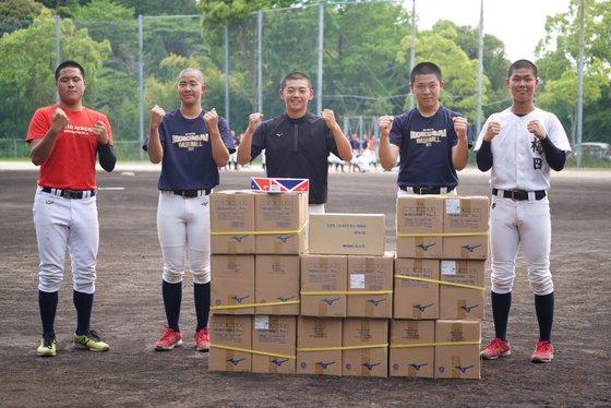 文化体育観光部とKBOが贈った野球用品を受け取り喜ぶ京都国際高校の選手たち。[写真 KBO]