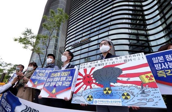 今月11日、ソウル鍾路区(チョンノグ)の日本大使館前で開かれた福島汚染水放出決定を糾弾する「100万水産業従事者とともにする韓国労総(韓国労働組合総連盟)緊急記者会見」の様子。キム・ソンニョン記者[中央フォト]