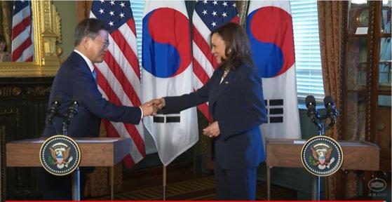 カマラ・ハリス米国副大統領が先に文在寅大統領に握手を求めた。[ホワイトハウスのユーチューブ キャプチャー]