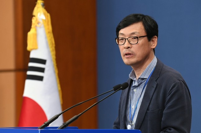 青瓦台の李昊昇(イ・ホスン)政策室長 青瓦台写真記者団