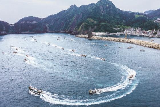24日、慶尚北道鬱陵郡(キョンサンブクド・ウルルングン)が福島汚染水放出決定撤回を要求する海上デモを行った。[写真 鬱陵郡]