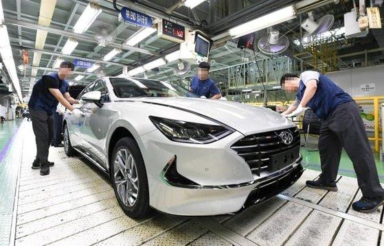 最近の半導体不足により工場稼動に支障が出ている現代自動車牙山工場の「ソナタ」生産ライン。[写真 現代自動車]