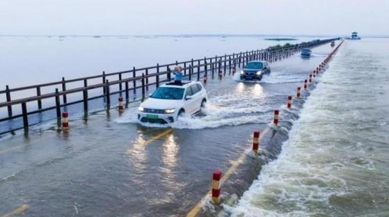 今月24日の中国江西省九江市の様子。大雨で湖の水位が上昇し、道路まで水があふれている。[中国新聞網キャプチャー]