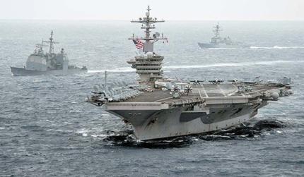 5日、南シナ海を通過する米原子力空母「セオドア・ルーズベルト」。 [写真 米海軍]