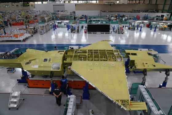 昨年9月、最終組み立てに着手する当時の韓国型戦闘機「KF-21」の試製1号機。[写真 韓国防衛事業庁]