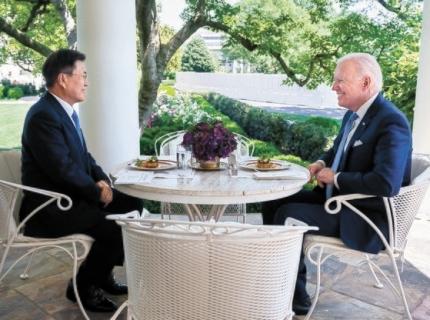 文在寅大統領が先月21日に米ワシントンDCのホワイトハウスでバイデン大統領と昼食を兼ねた単独会談をしている。[バイデン大統領フェイスブック キャプチャー]