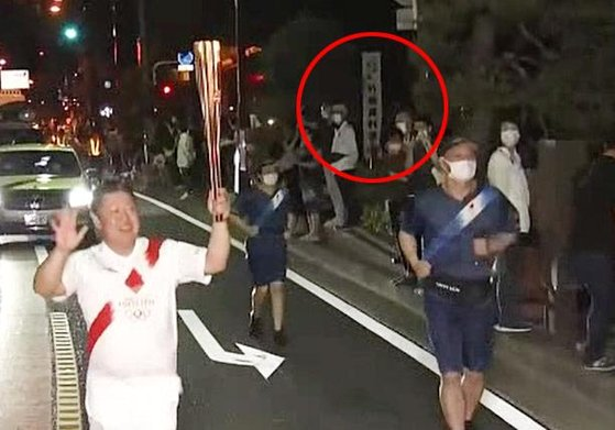 聖火リレー走者が竹島資料室の前を通過する場面。[写真 徐ギョン徳教授]