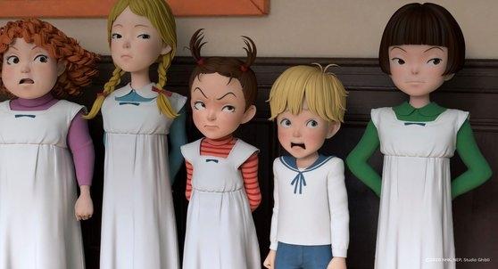 スタジオジブリの新作『アーヤと魔女』で主人公のおてんば少女アーヤ(中央)は、大人たちの心を賢く操る。[写真 Little Big Pictures、デウォンメディア]