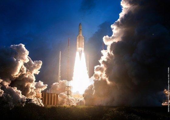 2018年にフランス領ギアナからフランスのロケット「アリアン5」が英国と日本の通信衛星を搭載して離陸している。このロケットの上段部分に衛星が搭載されている。 [中央フォト]