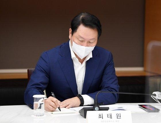 崔泰源SKグループ会長兼大韓商工会議所会長が3日にソウルの大韓商工会議所で開かれた首相・経済団体長懇談会に参加し、金富謙首相の発言をメモしている。イム・ヒョンドン記者