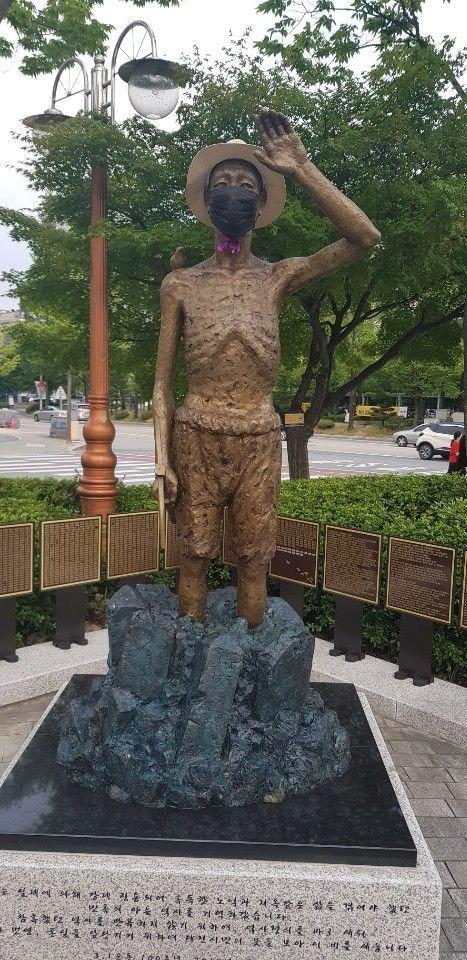 大田市庁前のボラメ公園に設置された徴用労働者像。 中央フォト