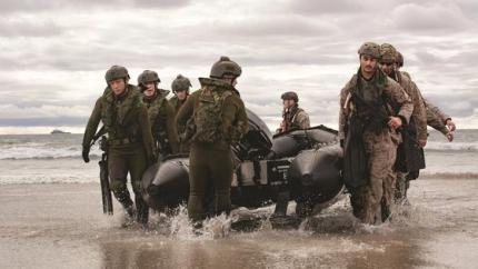 米海兵隊(右)と陸上自衛隊水陸機動団がゴムボート(IBS)を持って海岸に上陸している。[米海兵隊]