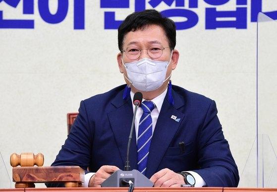 韓国与党「共に民主党」の宋永吉(ソン・ヨンギル)代表が9日、国会で開かれた最高委員会議で冒頭発言をしている。オ・ジョンテク記者
