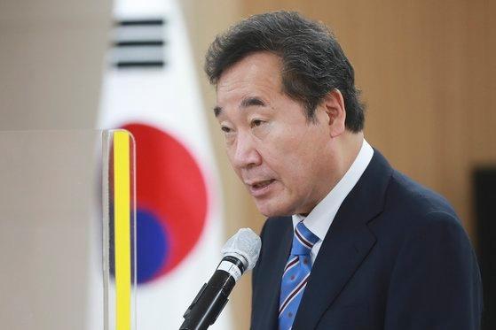 李洛淵「共に民主党」元代表が8日にソウルで開かれた国民幸福追及権保障に向けた基本権改憲討論会で祝辞を述べている。オ・ジョンテク記者