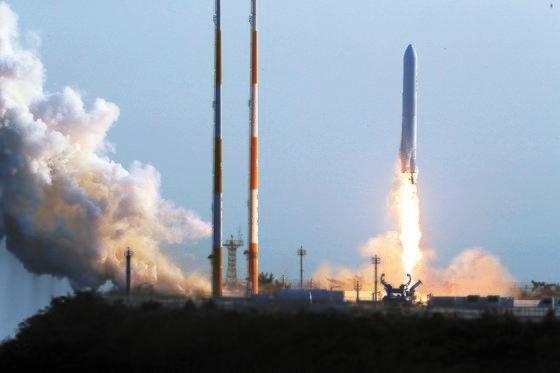 2018年、羅老宇宙センター発射台からヌリ号エンジン試験ロケットが打ち上げられた。 [中央フォト]
