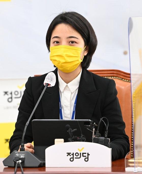 韓国野党「正義党」柳好貞(リュ・ホジョン)議員が1日、ソウル汝矣島(ヨイド)国会で開かれた議員総会に出席して任期1年を迎えて所感を伝えている。オ・ジョンテク記者