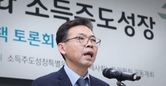 洪長杓(ホン・ジャンピョ)韓国開発研究院(KDI)院長が所得主導成長特別委員長だった2018年11月13日、ソウルグローバルセンター国際会議場で開かれた「労働市場格差緩和と所得主導成長」討論会であいさつをする姿。 中央フォト