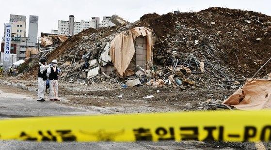 10日、17人の死傷者を出した光州(クァンジュ)建物崩壊事故現場で、警察と国立科学捜査研究院の関係者が現場鑑識を行っている。フリーランサーチャン・ジョンピル