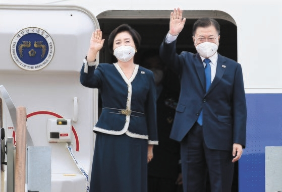 韓国の文在寅(ムン・ジェイン)大統領と金正淑(キム・ジョンスク)夫人が11日、G7首脳会議出席のため空軍1号機に搭乗した。G7首脳会議は11-13日(現地時間)に英コーンウォールで開催される。 [青瓦台写真記者団]