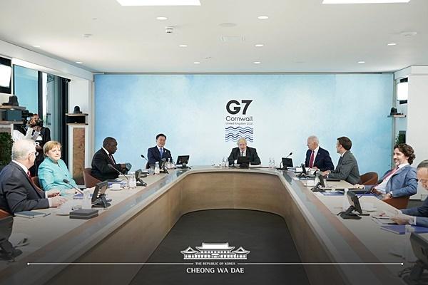 主要7カ国(G7)首脳会議(サミット)に参加するため英国を訪問中の韓国の文在寅(ムン・ジェイン)大統領が12日(現地時間)午後、コーンウォール・カービスベイで開かれた新型コロナウイルス感染症(新型肺炎)ワクチンの供給拡大および保健力強化案を扱う拡大会議第1セッションに出席している。[写真 青瓦台]