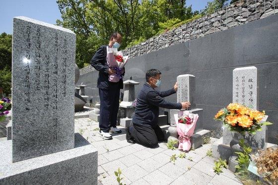 韓国でオボイナル(父母の日)を控えた今年5月2日、京畿道広州(キョンギド・クァンジュ)にあるナヌムの家追慕公園で、慰安婦被害者である故キム・スンドクさん、故イ・ヨンニョさんの遺族が故人の墓碑にカーネーションを献花している。ウ・サンジョ記者