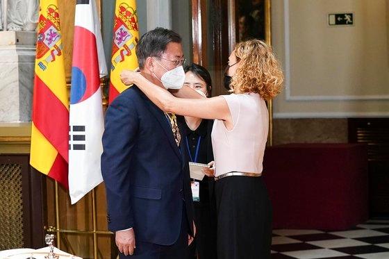 スペインを国賓訪問中の韓国の文在寅(ムン・ジェイン)大統領が16日(現地時間)、マドリード上院議事堂でメリチェル・バテット下院議長からメダルを受け取っている。[写真 青瓦台]