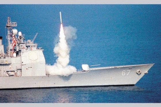 トマホーク巡航ミサイルを発射する米海軍巡洋艦。 中央フォト