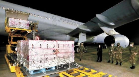 5日午前、米国からヤンセン製ワクチン101万人分が韓国に到着した。[写真 共同取材団]
