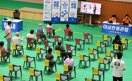 21日、大田市内の予防接種センターでファイザー製ワクチンを接種した高齢者と社会必須人材などの市民が異常反応観察のため休息している。キム・ソンテ記者