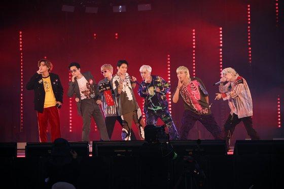 デビュー8周年を迎えて13~14日に開かれたファンミーティング「BTS 2021 MUSTER 小宇宙」で公演しているBTS。[写真 Big Hitミュージック]