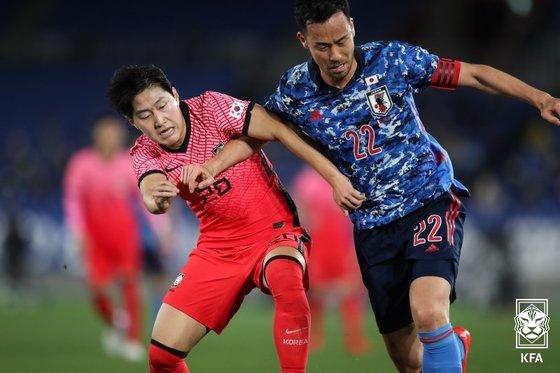 4月25日に開催された親善試合の韓日戦で競り合う李康仁(イ・ガンイン)と吉田麻也。 大韓サッカー協会