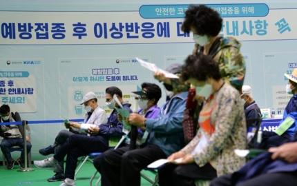 大田市内の予防接種センターでワクチンを接種した高齢者が異常反応観察のためしばし休息している。キム・ソンテ記者