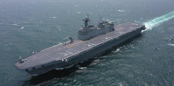 海軍の2番目の大型輸送艦「馬羅島(マラド)」(LPH、1万4500トン級)の就役式が28日午前、慶尚南道鎮海(チンヘ)軍港に停泊中の「馬羅島」の飛行甲板上で行われた。航海中の「馬羅島」。 写真=海軍