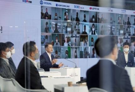 文在寅(ムン・ジェイン)大統領が2日、COEXで開催された「大韓民国素材・部品・装備産業成果懇談会」でオンライン参加した企業関係者とあいさつしている。日本の輸出規制2年を迎えて開かれたこの日の行事で、文大統領は「100大核心品目の日本依存度を25%まで減らした」と述べた。 青瓦台写真記者団